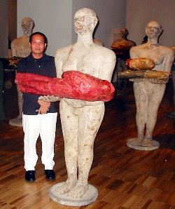 Dadang with one of his figures, Art Gallery of NSW