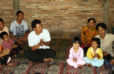 Moelyono with village children, Sanggar Bermain Anak Tani, SBAT, the Farmers' Children Play Group